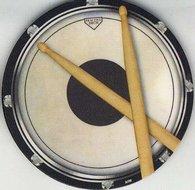 Onderzetter-drums-met-de-afbeelding-van-een-oefenpad-en-drumstokken
